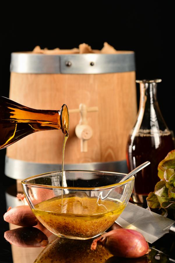 vinaigrette maison, vinaigrier en bois et bouteilles en verre soufflé