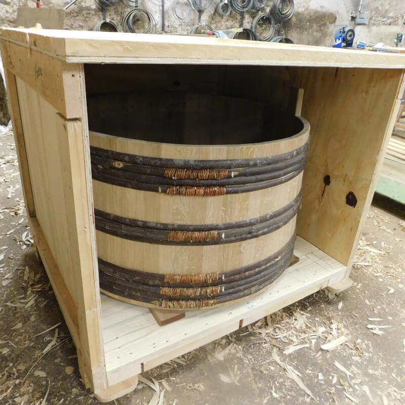 la baignoire dans la caisse en bois